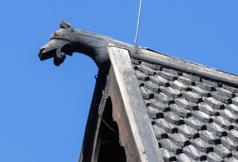 Heddal stavkirke med dragehoder som er gamle, hedenske motiv.